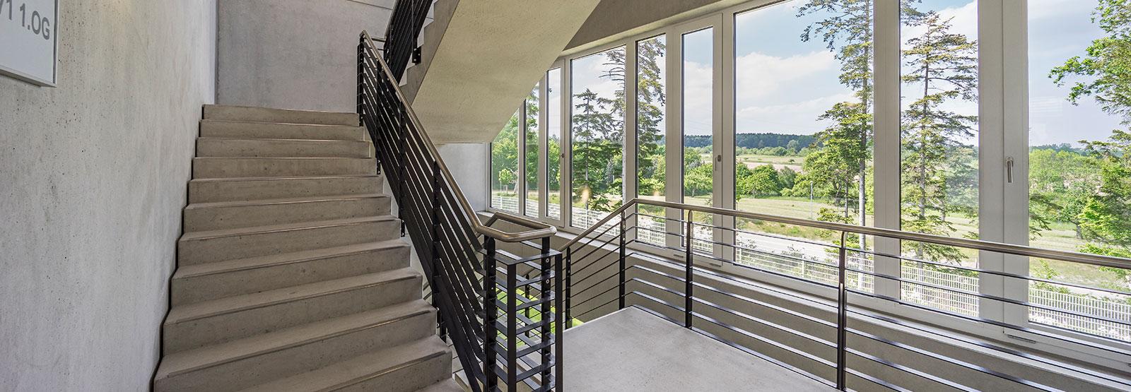 Treppenhaus mit Blick ins Grüne